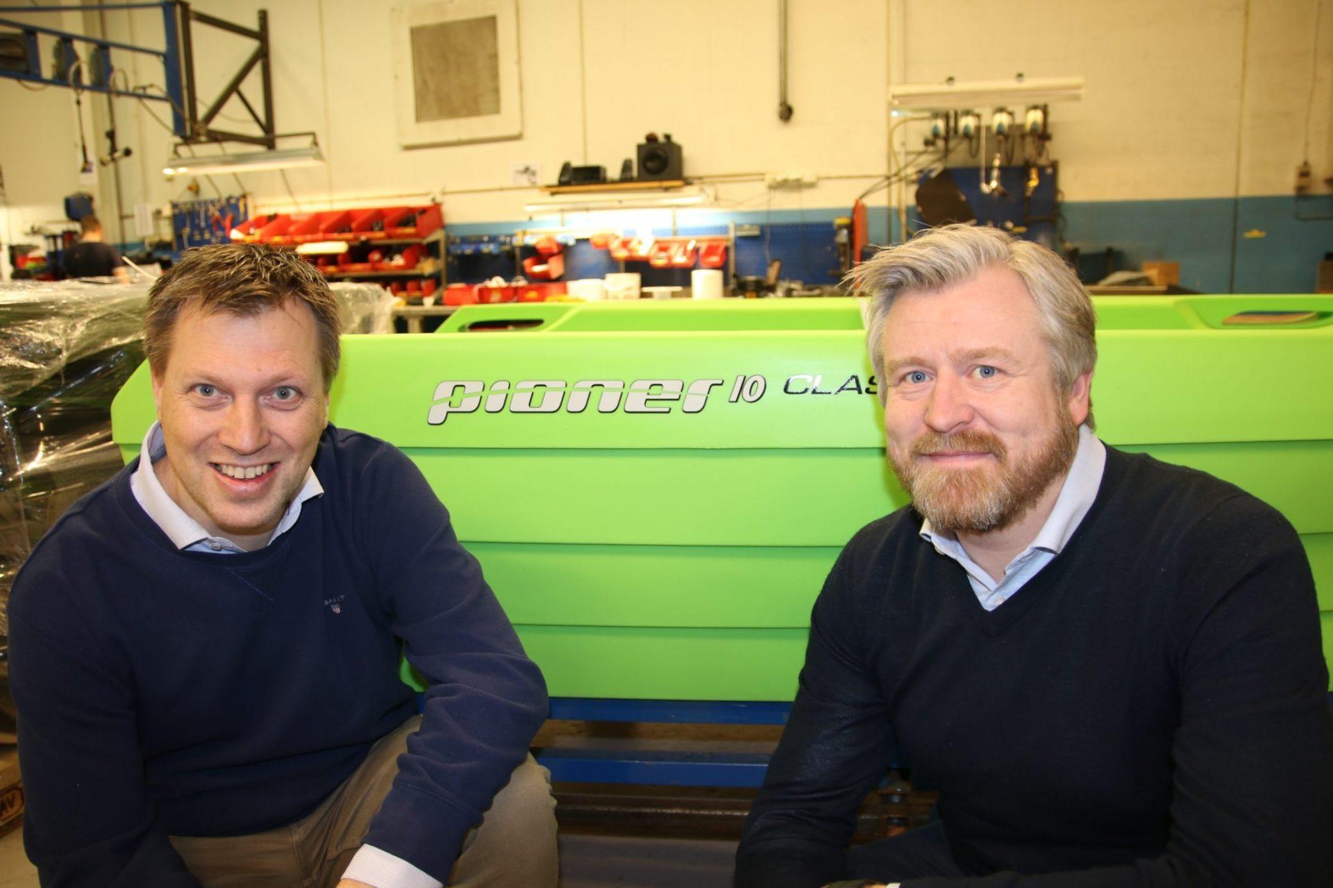 I PRODUKSJONEN: Pioner Norge ved Teknisk sjef Lars Haugli og salgs- og markedssjef Carl Fredrik Kleppe på̊ fabrikken i Bjørkelangen foran en ny Pioner 10 Classic.